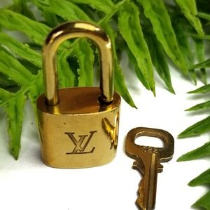 Authentic Louis Vuitton 322 lock with key